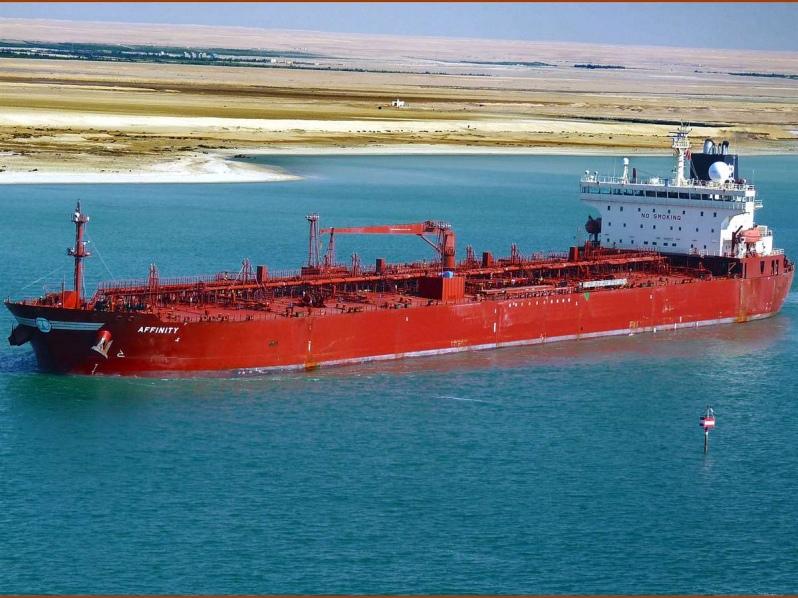 Petrolero en el canal de Suez