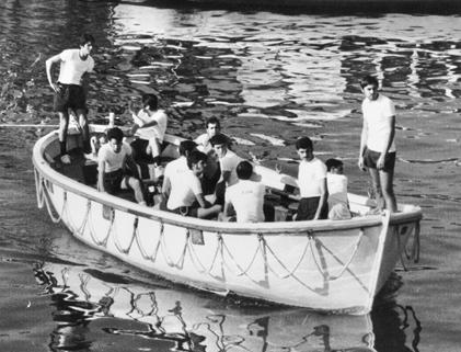 El autor, de proel, con Manolete al timón y Angelín en el centro. Gabaldón andaba por allí, en una balsa. Los cuatro hicimos mucha amistad.