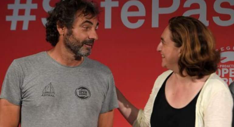 Ada Colau junto al lider de Open Arms
